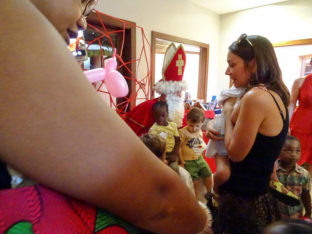 Sinterklaas in Lomé. Espoir op de schoot.